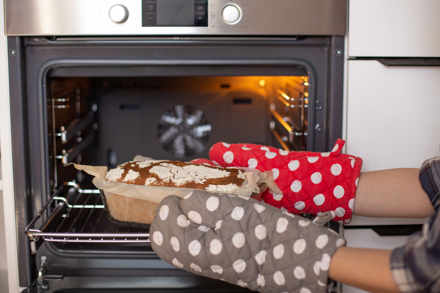Do Oven Mitts Put on Out? [Everything You Need To Know!]